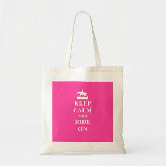 Guarde la calma y monte en el rosa bolsa