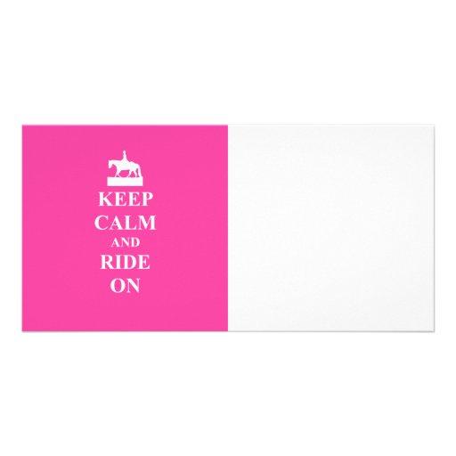 Guarde la calma y monte en (el rosa) tarjetas fotograficas personalizadas