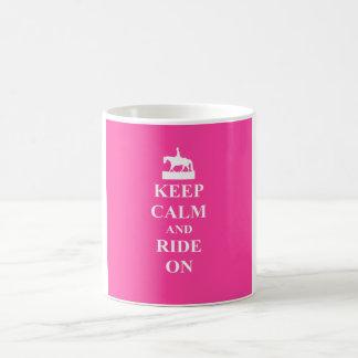 Guarde la calma y monte en (el rosa) tazas de café