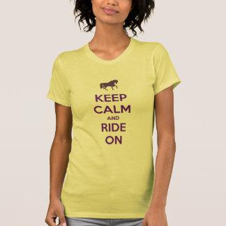 Guarde la calma y monte en equitación del caballo camiseta