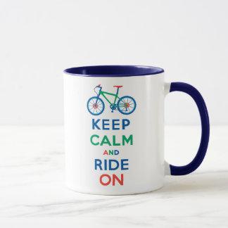 Guarde la calma y monte en la bici de montaña taza