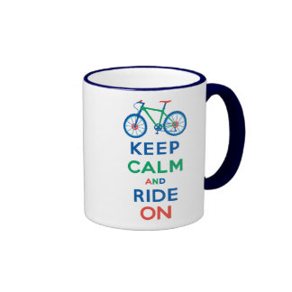 Guarde la calma y monte en la bici de montaña taza a dos colores