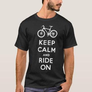 Guarde la calma y monte en la camiseta de la bici