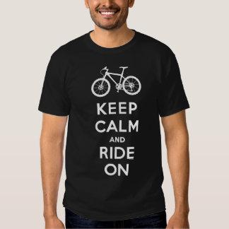 Guarde la calma y monte en la camiseta de la bici playeras