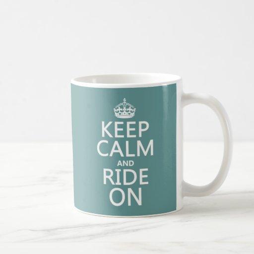 Guarde la calma y monte encendido, adaptable taza clásica