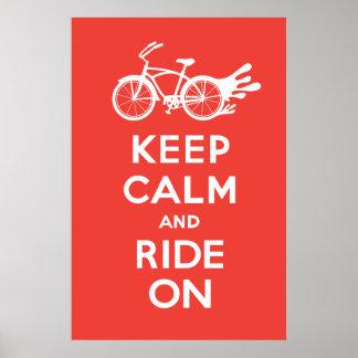 Guarde la calma y monte encendido - el rojo sólido póster