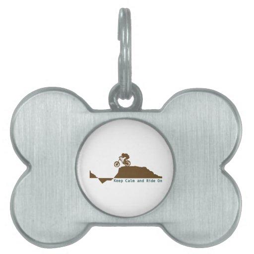 Guarde la calma y monte encendido placa de nombre de mascota