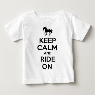 Guarde la calma y monte encendido camisetas