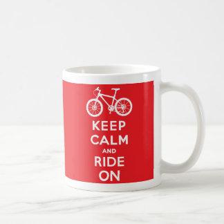Guarde la calma y monte encendido taza básica blanca