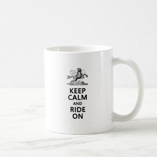 Guarde la calma y monte encendido taza de café