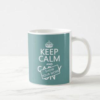 Guarde la calma y muestre su trabajo (cualquier co taza básica blanca