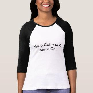 Guarde la calma y muévase encendido camisetas
