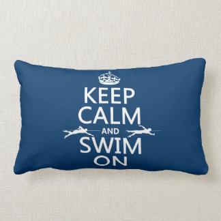 Guarde la calma y nade en (en cualquier color) cojin