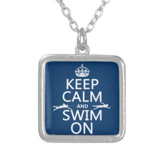 Guarde la calma y nade en (en cualquier color) collar plateado