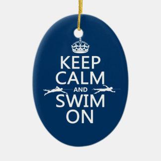 Guarde la calma y nade en en cualquier color adorno de navidad
