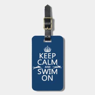 Guarde la calma y nade en (en cualquier color) etiqueta para equipaje