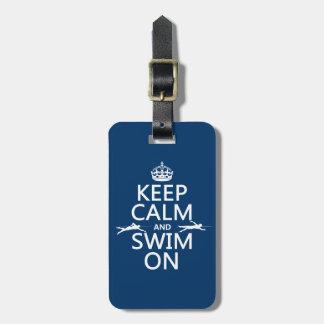 Guarde la calma y nade en (en cualquier color) etiqueta de maleta