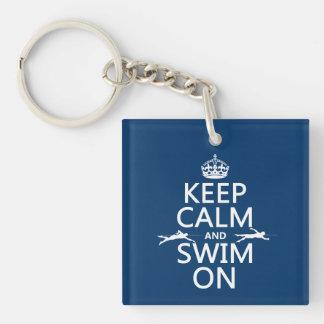 Guarde la calma y nade en (en cualquier color) llavero cuadrado acrílico a una cara