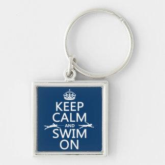 Guarde la calma y nade en (en cualquier color) llavero cuadrado plateado