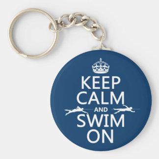 Guarde la calma y nade en (en cualquier color) llavero redondo tipo pin