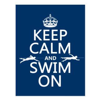 Guarde la calma y nade en (en cualquier color) postal