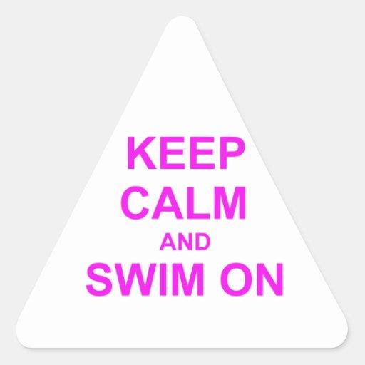 Guarde la calma y nade en rosado anaranjado pegatina triangular