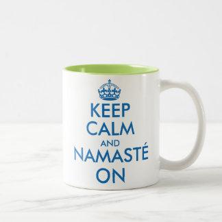 Guarde la calma y Namasté en la taza de la