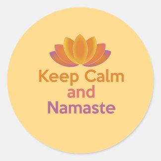 Guarde la calma y Namaste - la yoga, se relaja, Pegatina Redonda