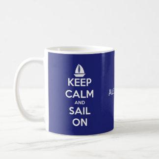 Guarde la calma y navegue en azul y el blanco taza de café