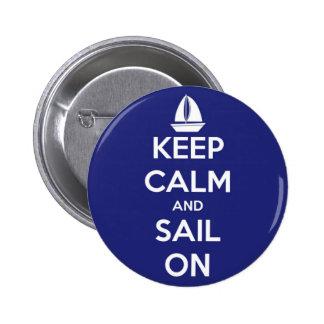 Guarde la calma y navegue en el botón azul de chapa redonda 5 cm