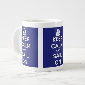 Guarde la calma y navegue en la taza enorme azul