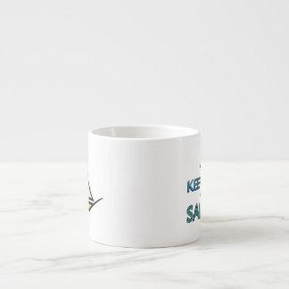 Guarde la calma y navegue encendido taza de espresso