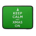 Guarde la calma y Navidad encendido Fundas Para Macbooks