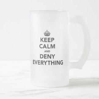 Guarde la calma y niegue todo taza de cristal