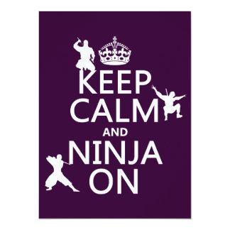 """Guarde la calma y Ninja en (en cualquier color) Invitación 5.5"""" X 7.5"""""""