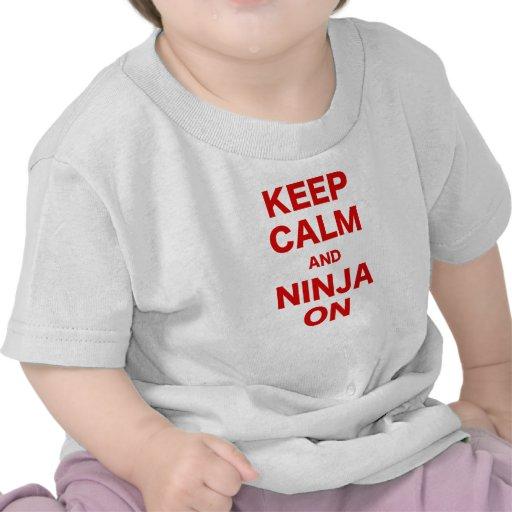 Guarde la calma y Ninja encendido Camiseta