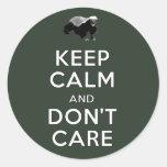 Guarde la calma y no cuide etiqueta redonda