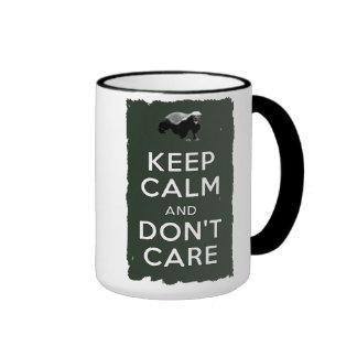 Guarde la calma y no cuide taza a dos colores
