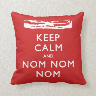 Guarde la calma y Nom Nom Nom (el tocino) Cojín Decorativo