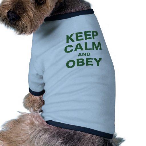 Guarde la calma y obedézcala camiseta con mangas para perro