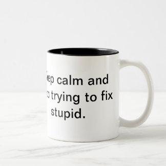 Guarde la calma y pare el intentar fijar estúpido taza