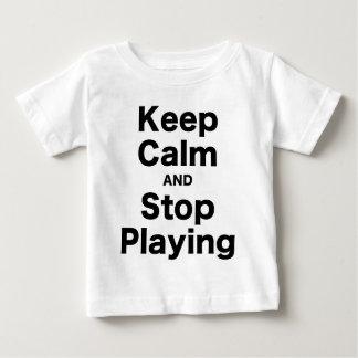 Guarde la calma y pare el jugar playera de bebé