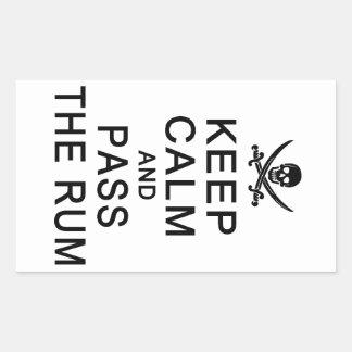 Guarde la calma y pase a los pegatinas del ron rectangular pegatinas