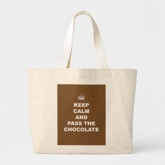 Guarde la calma y pase el chocolate bolsa tela grande