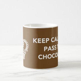 Guarde la calma y pase el chocolate taza