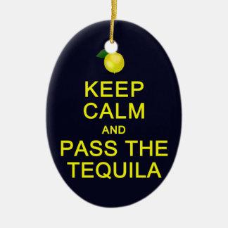 Guarde la calma y pase el ornamento del Tequila, Adorno Navideño Ovalado De Cerámica
