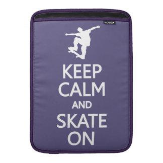 Guarde la calma y patine en la manga de encargo de fundas macbook air