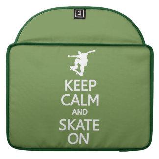 Guarde la calma y patine en la manga de encargo de fundas macbook pro