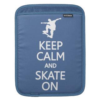 Guarde la calma y patine en la manga de encargo de fundas para iPads