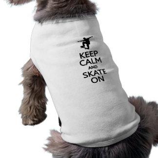 Guarde la calma y patine en la ropa del mascota playera sin mangas para perro